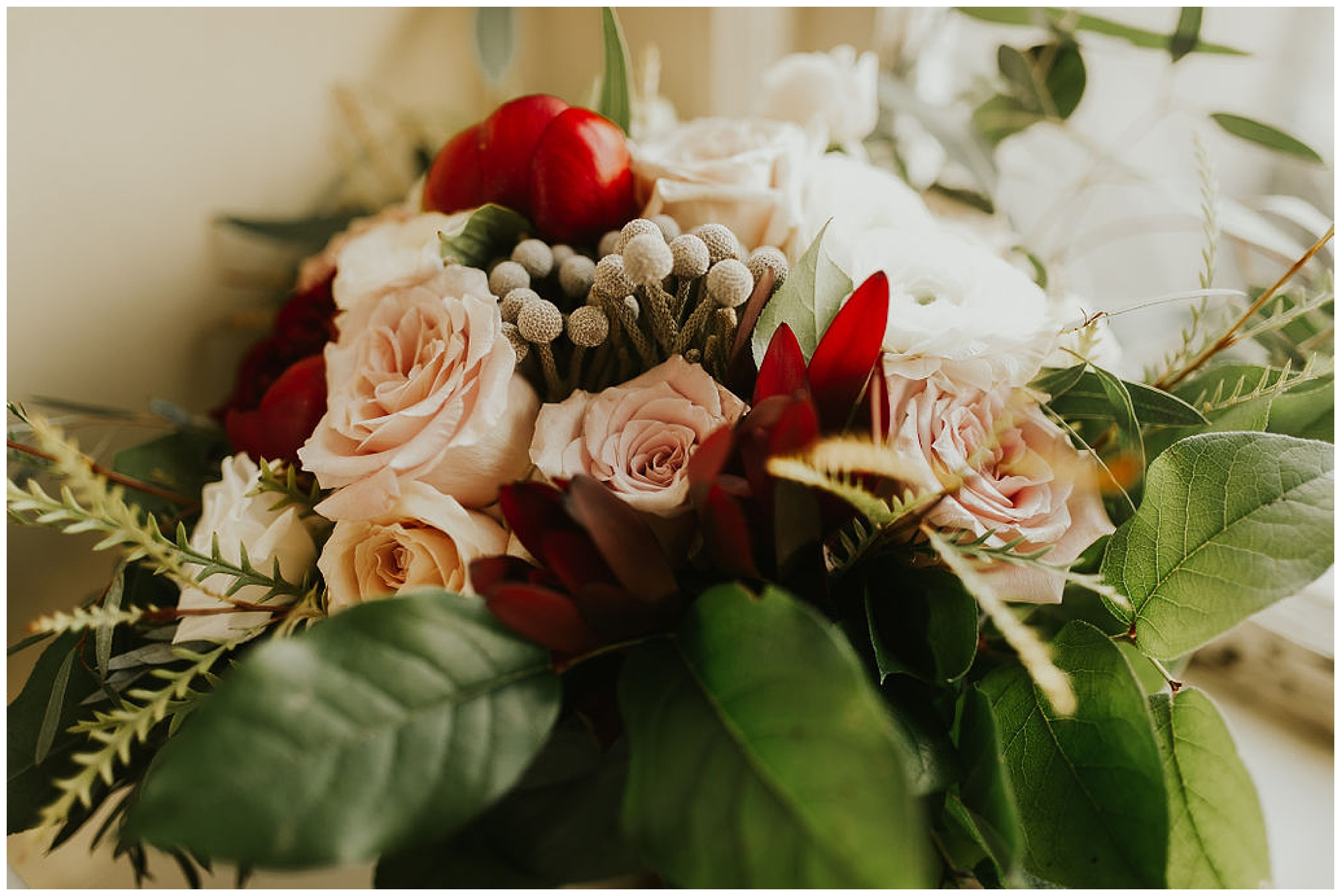 classic and romantic eastern shore wedding inspo at the tidewater inn wedding in the fall autumn. flower bouquet in red and pink. untamed undone style.
